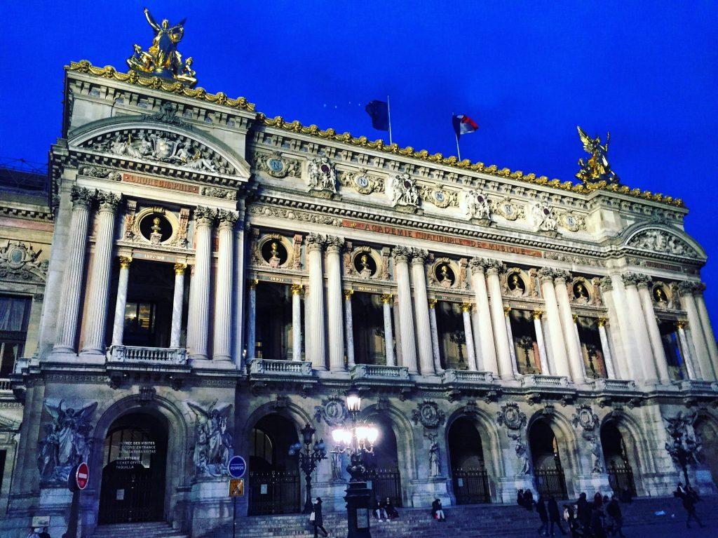 L'Opéra de Paris au crépuscule