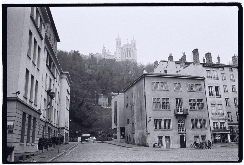 Vue sur Notre Dame de Fourvière dans la brume