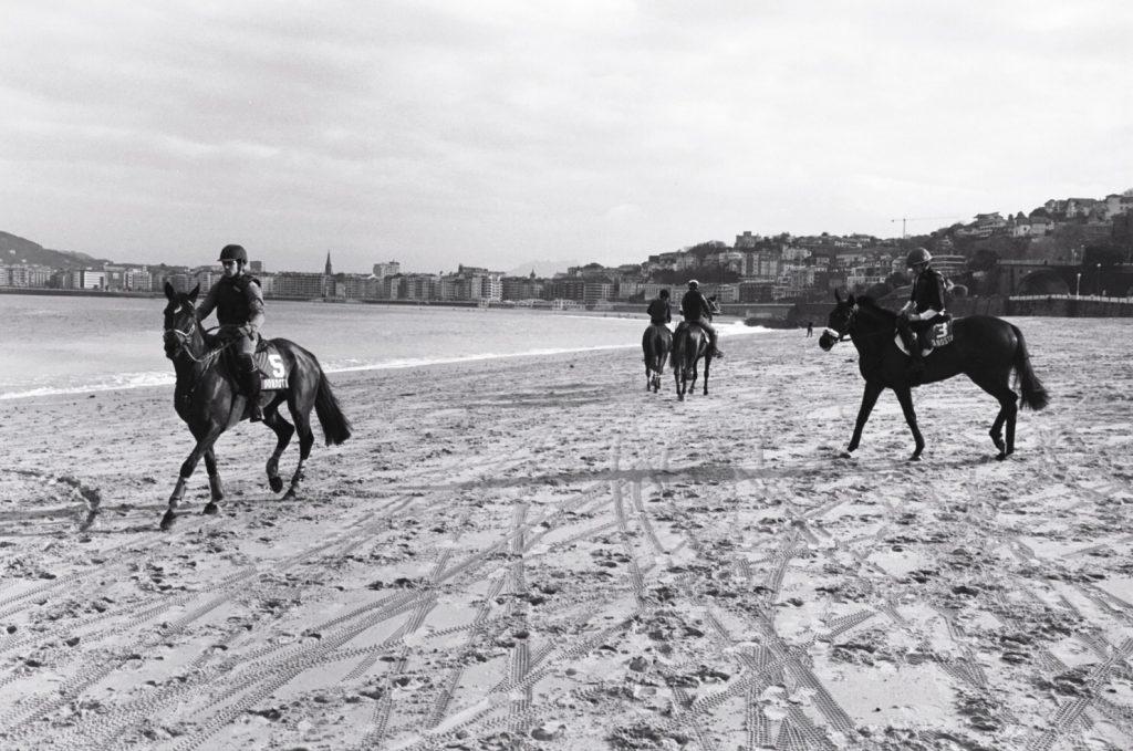 Des courses de chevaux sur la place de la Concha en hiver à San Sebastian