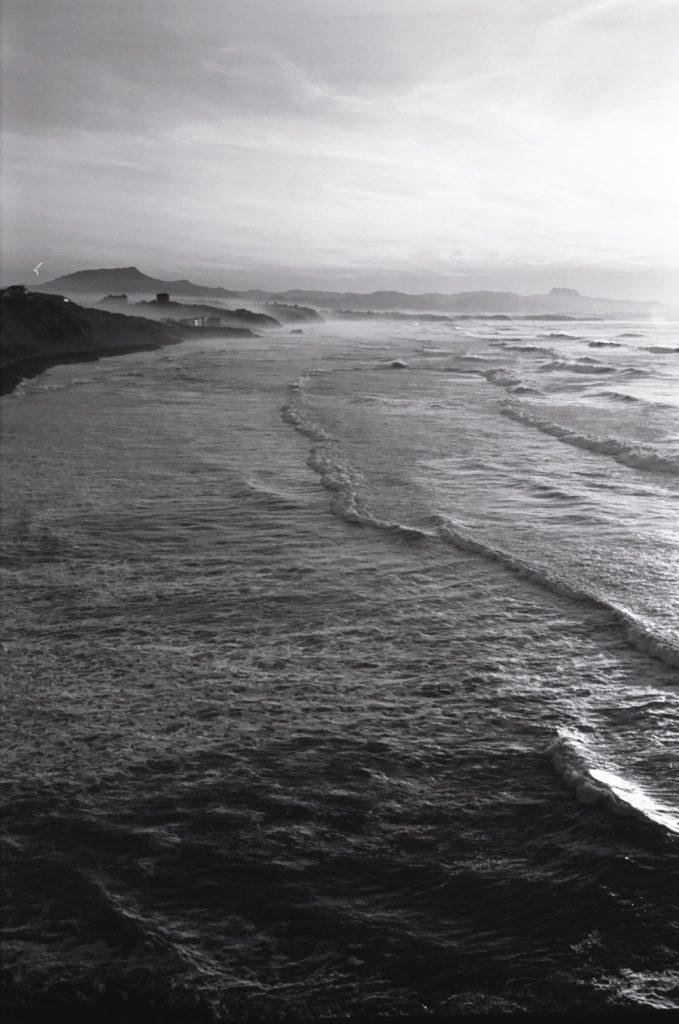 La côte des basques à Biarritz et l'Espagne dans les lointains