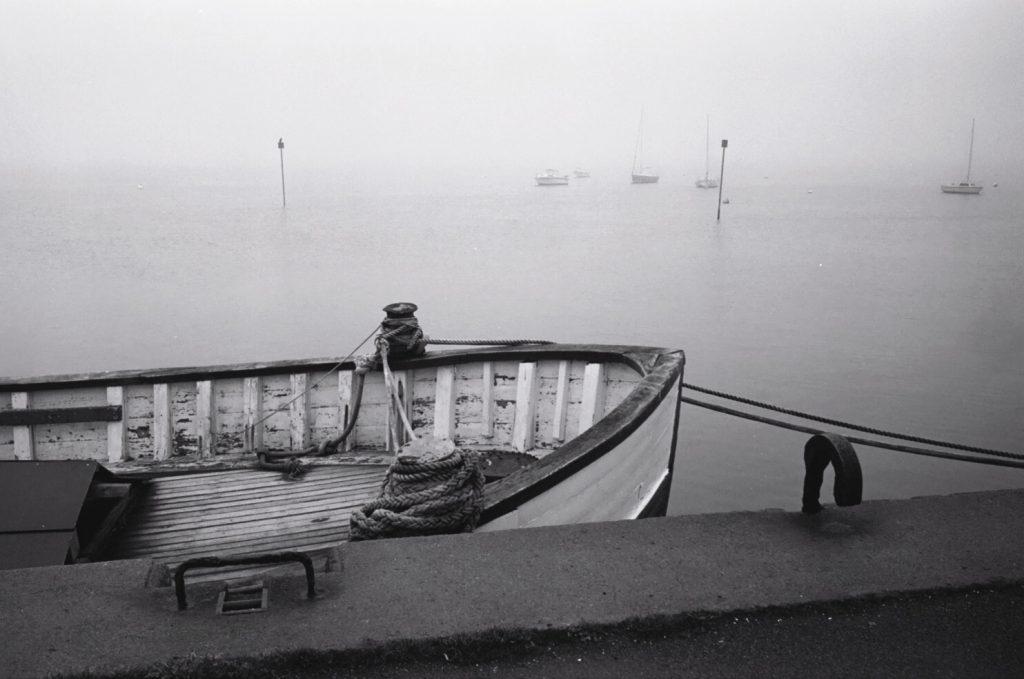 Le port du Croisic plongé dans la brume