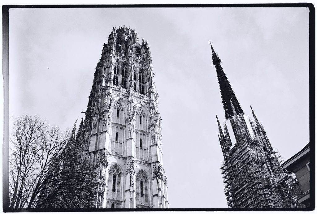 L'une des tours et le clocher de la cathédrale de Rouen