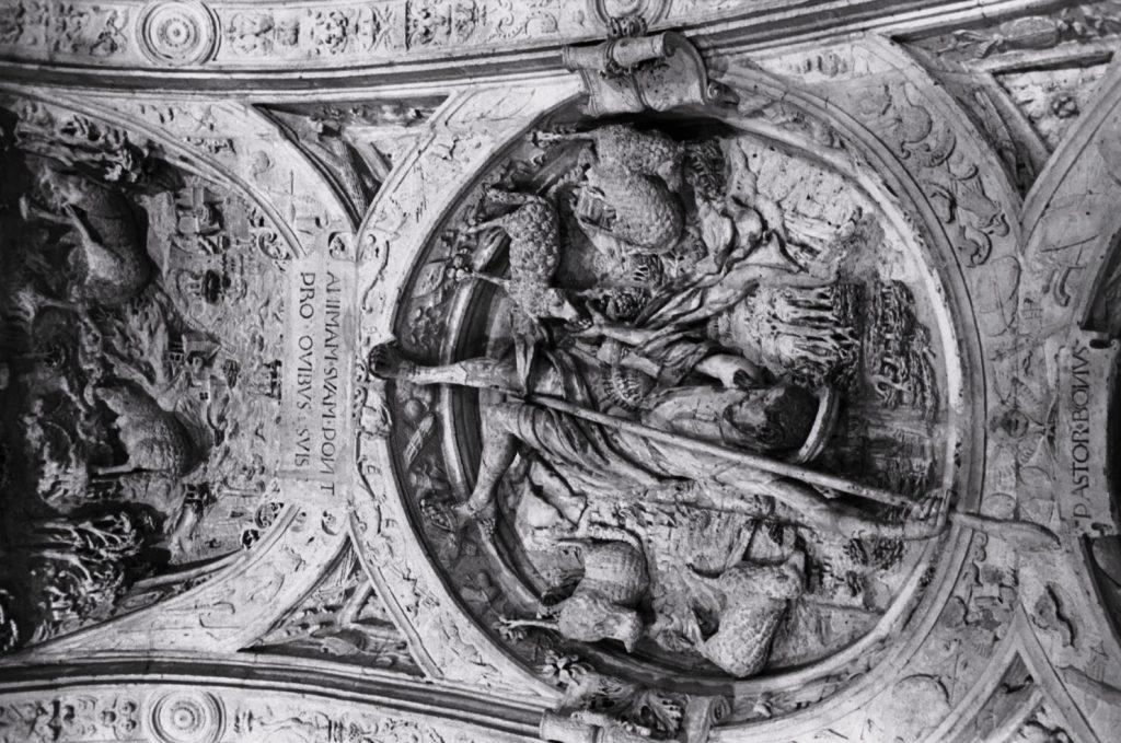 Sculptures sous le Gros Horloge à Rouen