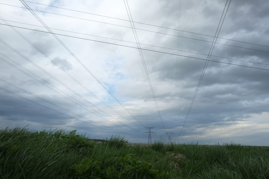 Quadrillage du ciel en Picardie. Haute tension.
