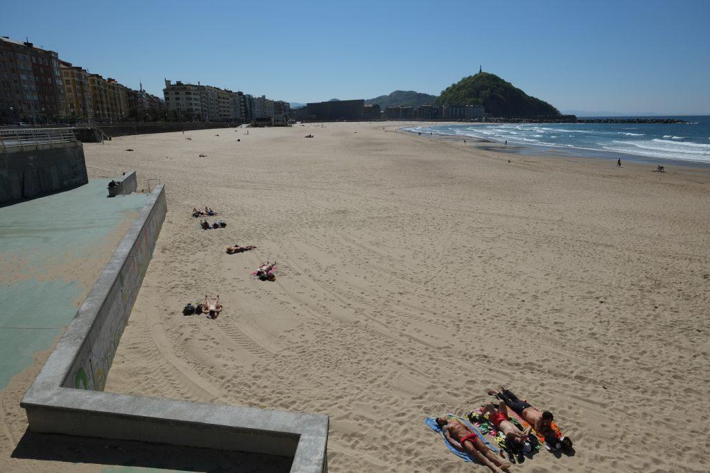 Dès les premiers rayons de soleil les habitants se précipitent sur la plage de Zurriola