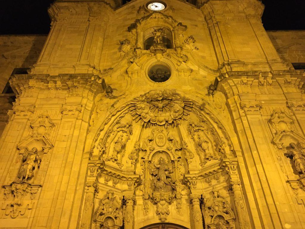 À San Sebastián la plus belle ville d'Espagne, la Basilique Sainte-Marie du Chœur la nuit