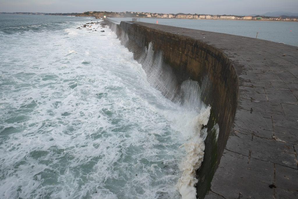 L'épaisse digue protectrice du port de Socoa, à Ciboure