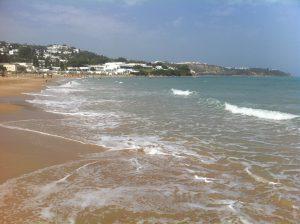 La belle plage de la Marsa, l'une des plus grandes villes de Tunisie