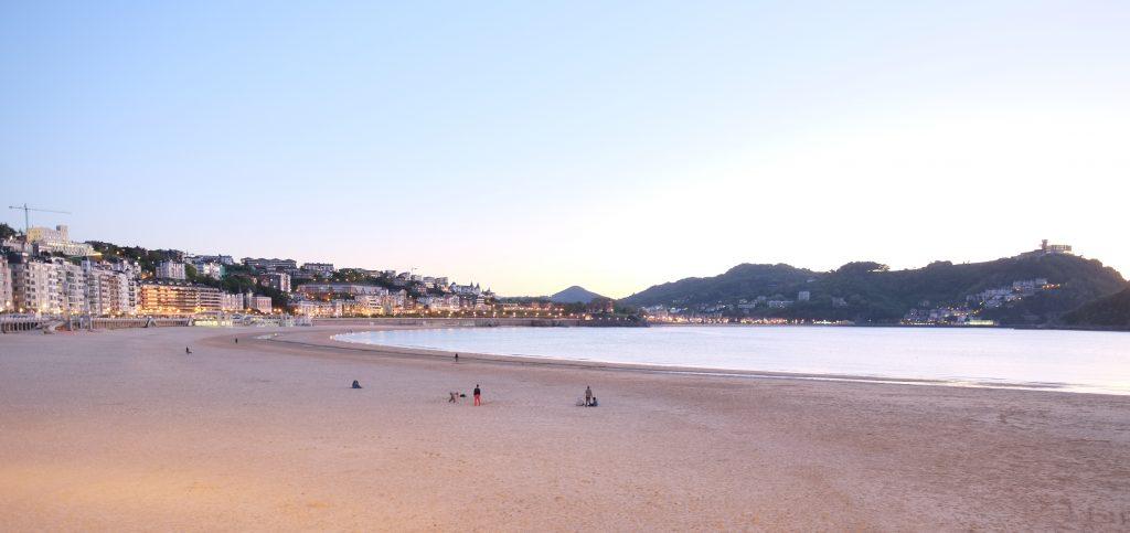 La plage de la Concha à la tombée de la nuit