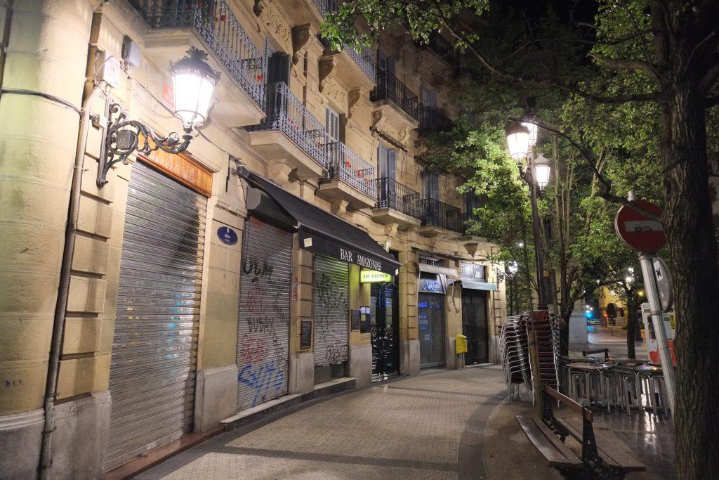 Une petite rue de San Sebastian la nuit