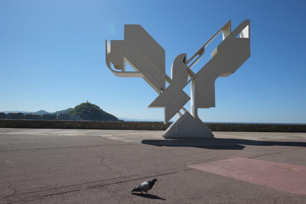Une structure métallique en bord à Donostia