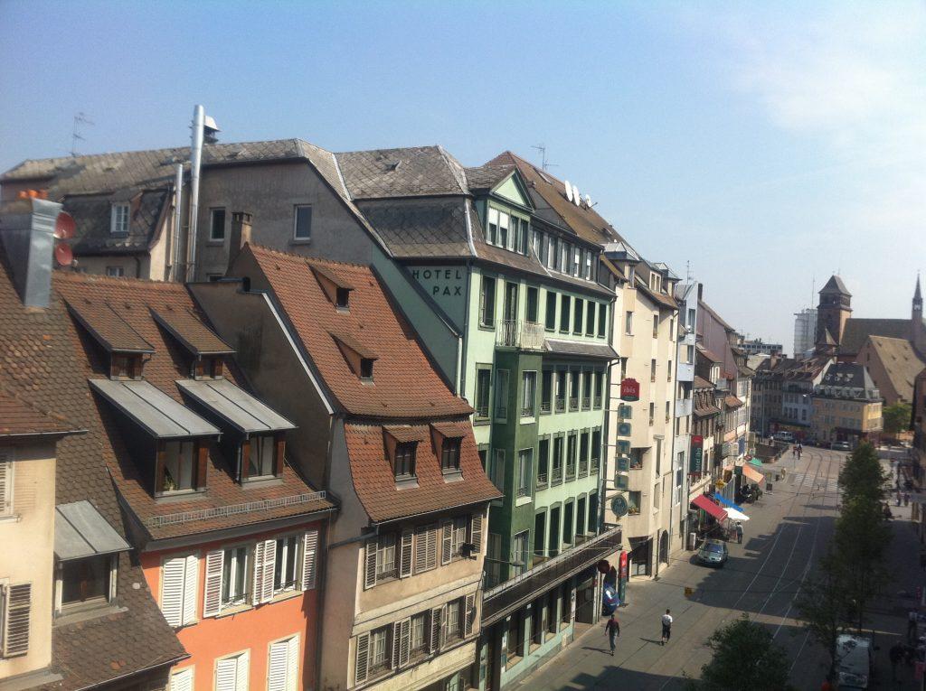 Vue sur les toits de la ville et la rue du faubourg national à Strasbourg