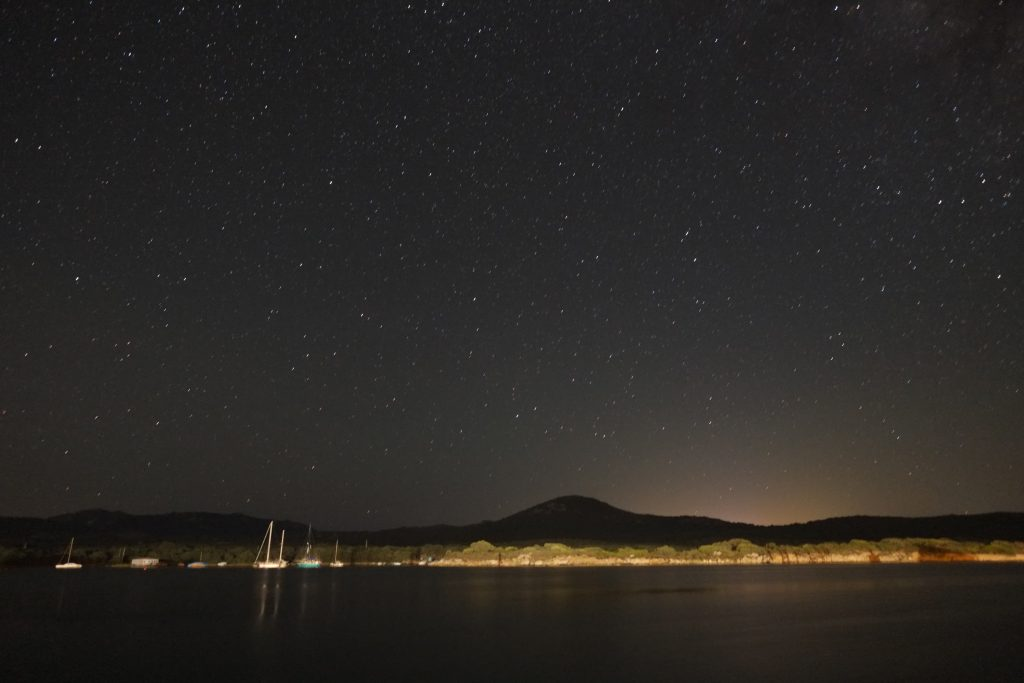 La baie de Figari sous un ciel étoilé
