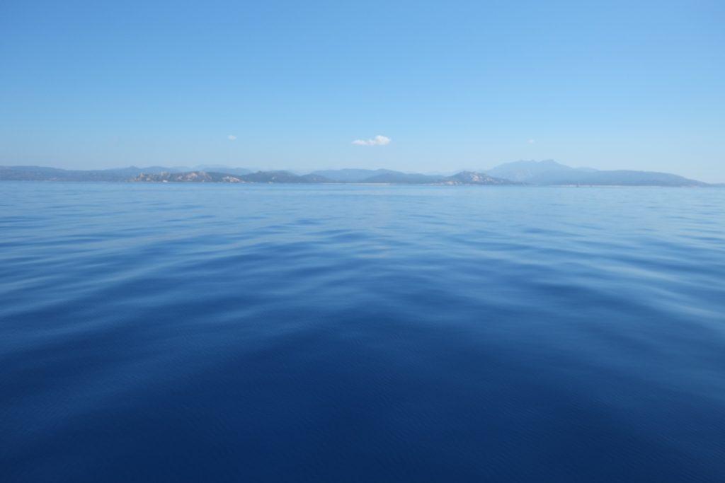 Paysage maritime en Corse, le bleu comme seul décors dans les bouches de Bonifaccio