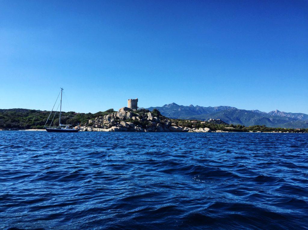 Un mouillage et un splendide paysage à l'entrée de la baie de Figari
