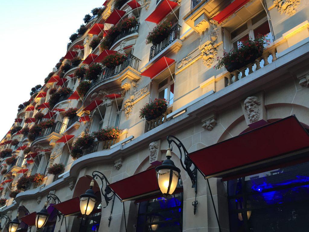 Le Plaza Athénée l'un des plus beaux hôtels de luxe à Paris