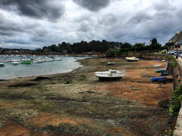 Le petit port de Tregastel, baie Sainte Anne, dans les côtes d'Armor