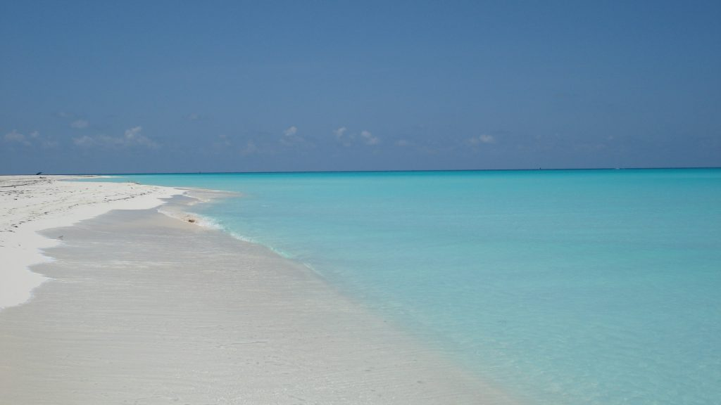 Sable blanc et eau bleue turquoise à Cuba