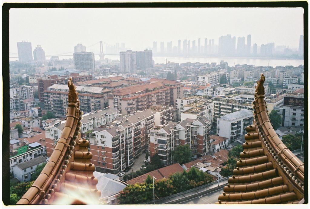 Vue sur la ville de Wuhan et le fleuve Yangtsé depuis la tour de la Grue jaune