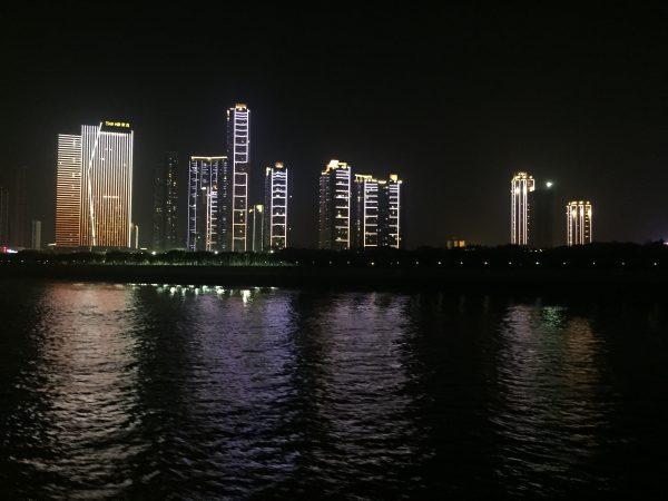 La nuit Wuhan laisse apparaître ses quartiers d'affaires et autres grattes-ciel qui se reflètent dans le fleuve