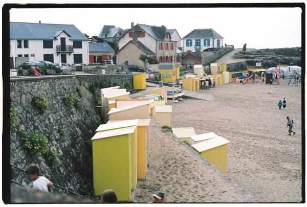 La petite plage de Batz sur mer et ses cabanes en bois colorées