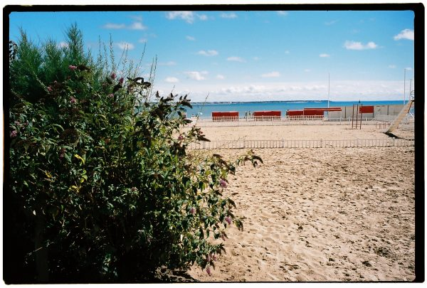 La plage et les traditionnelles tentes rouges de la plage du Pouliguen