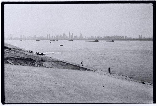 La vie s'écoule tranquillement, les hommes et le fleuve Yang Tsé Kiang vivent désormais en harmonie