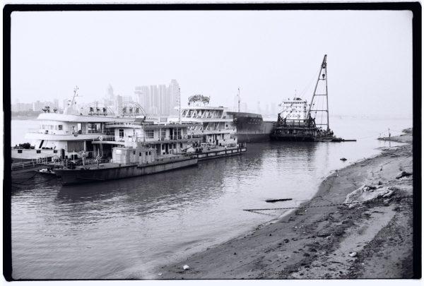 Les rives du fleuve et quelques navires amarés à quai, Wuhan, Chine