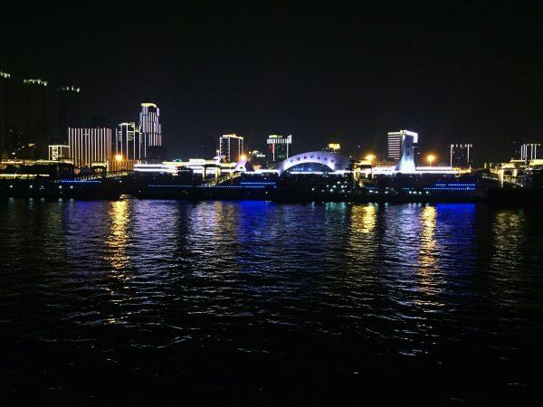 La tour 606, l'une des plus hautes du monde face au Yangzi Jiang l'un des plus grands fleuves de la planète