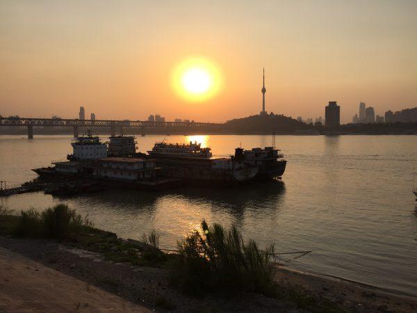 Un splendide coucher de soleil sur le plus grand fleuve de Chine