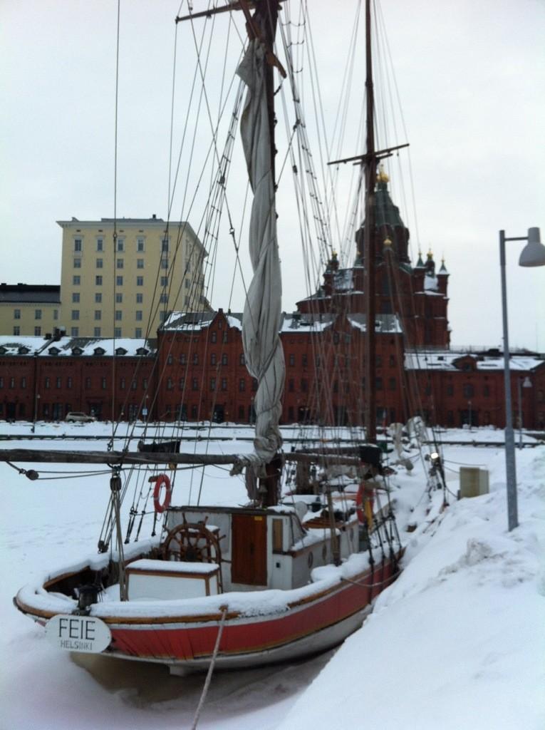 l'hiver, un vieux gréement emprisonné par la glace dans le port d'Helsinki