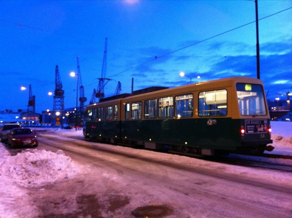 Un tramway circulant la nuit à Helsinki