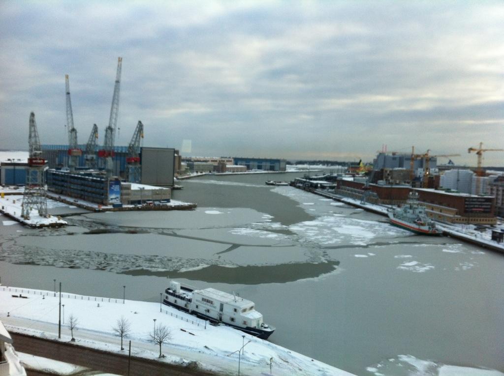 Helsinki, et le port gelé en partie
