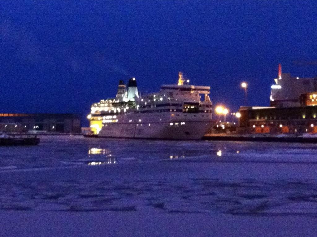 Le port de passagers d'Helsinki pendant la nuit