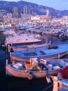 Contraste entre bateau de riche et bateau de pauvre