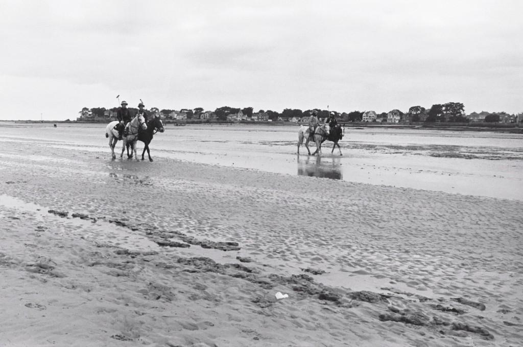 Retour aux écuries après un entraînement de polo sur la grève à marée basse