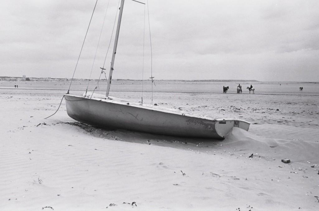 Un petit dériveur posé sur le sable