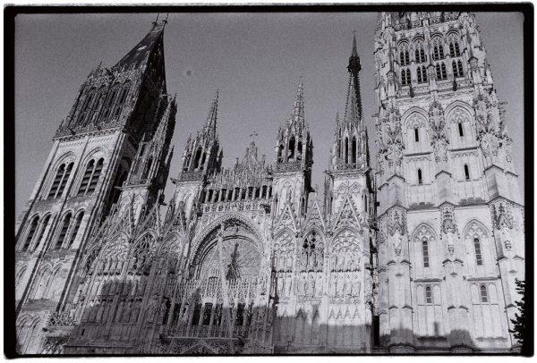La superbe cathédrale de Rouen en noir et blanc