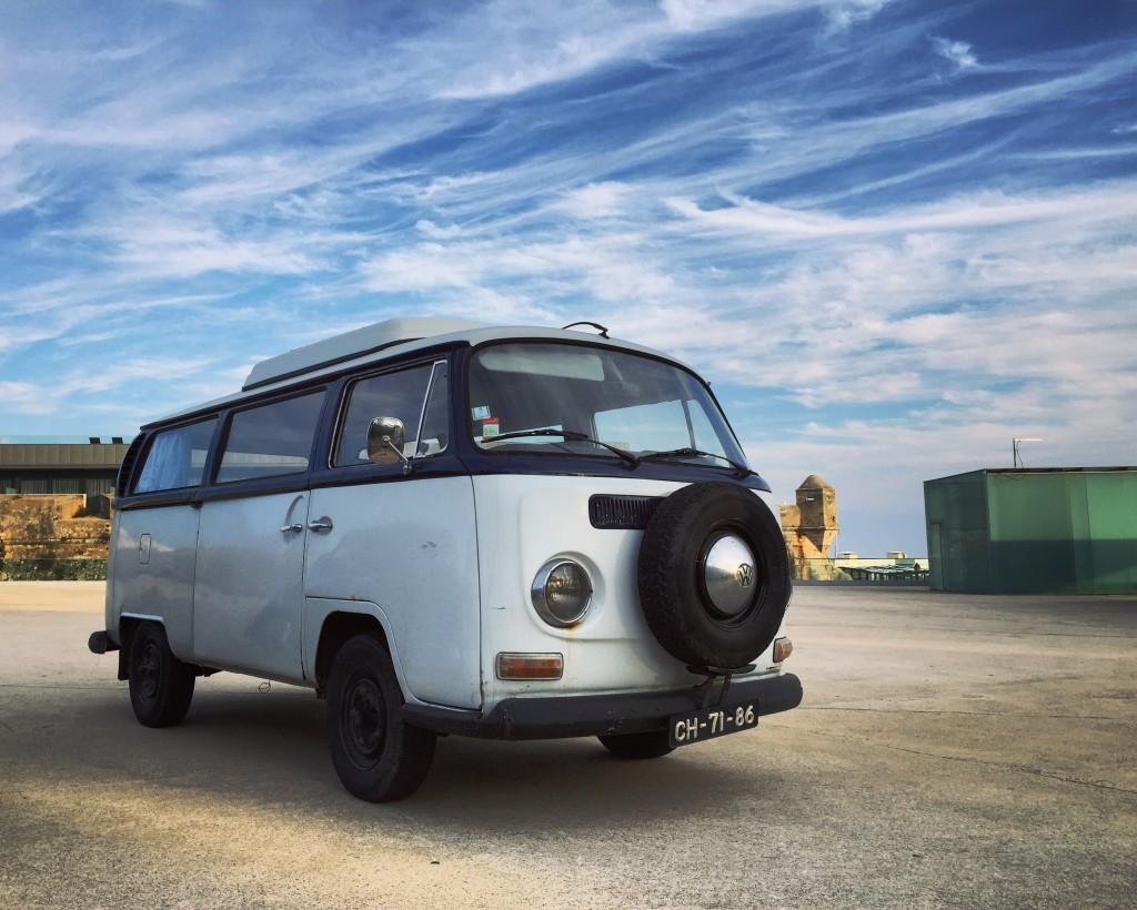 Combi Volkswagen bicolore près de Lisbonne