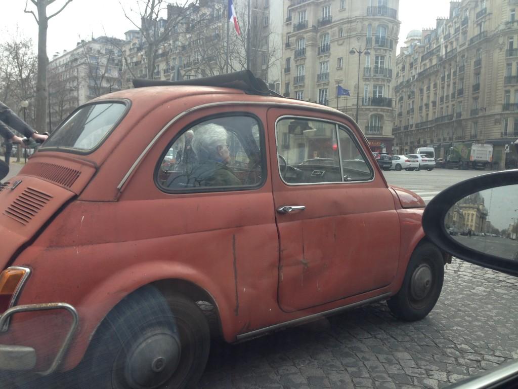 Une Fiat 500 complètement déglinguée à Paris