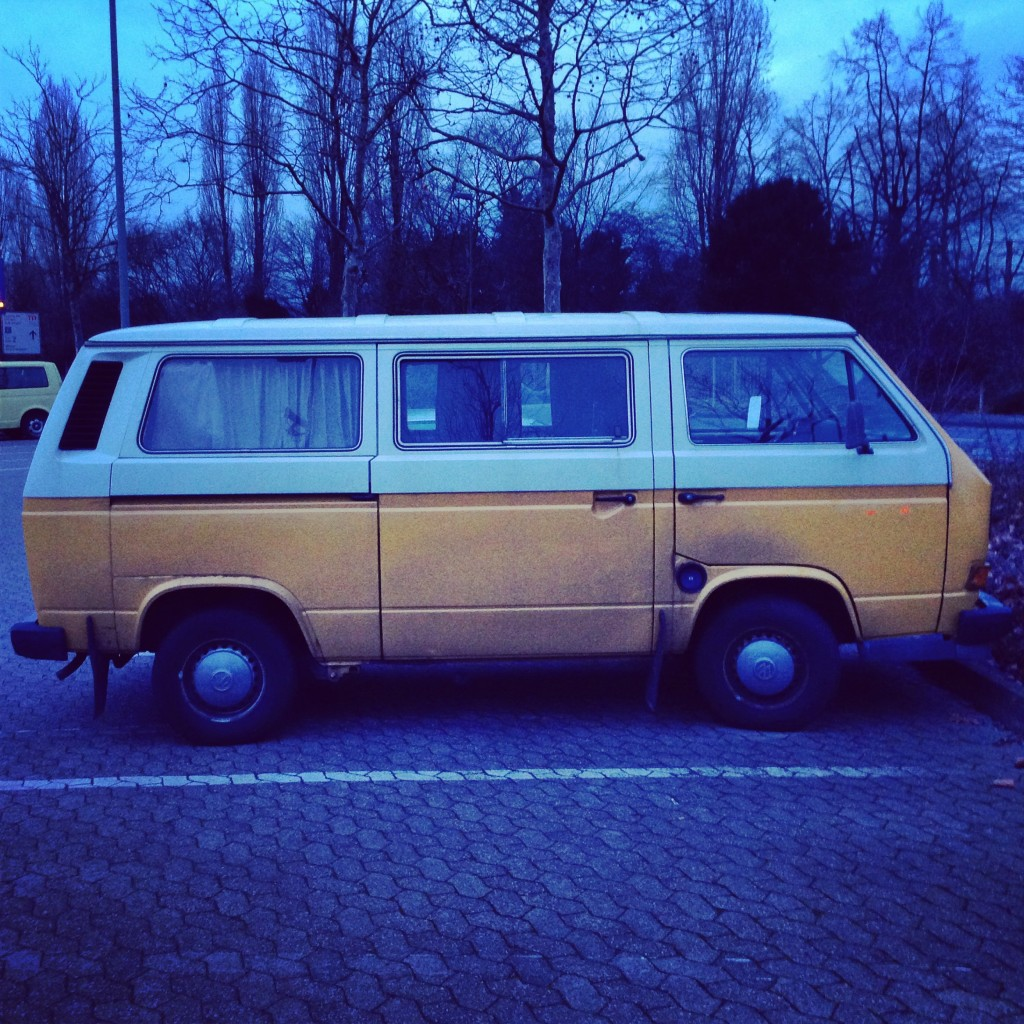 Un van Volkswagen vue de côté à Düsseldorf