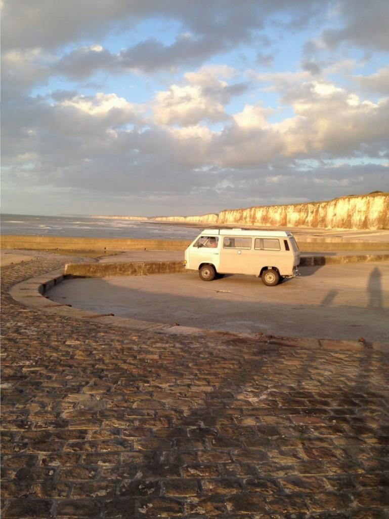 Un van perdu devant les falaises de la côte d'albâtre à Saint-Valérie en Caux, incitation au voyage