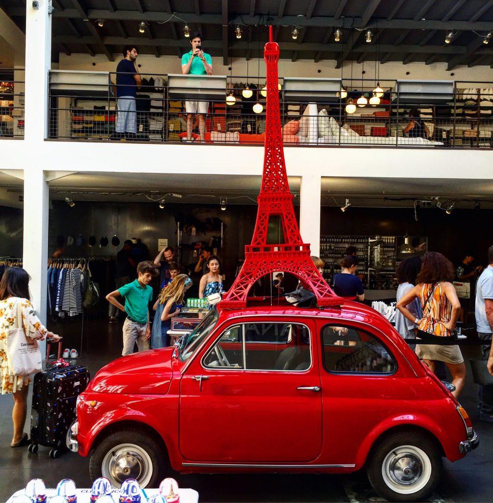 Une Fiat 500 en exposition permanente à Paris