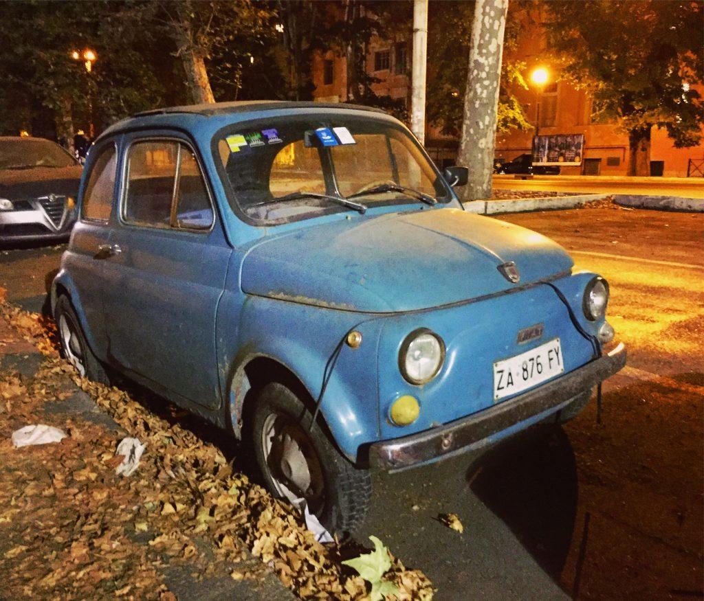 Fiat 500 stationnée depuis bien longtemps sur la même place... Rome