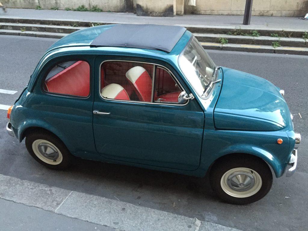 Une Fiat 500 stationnée à Paris11 ème
