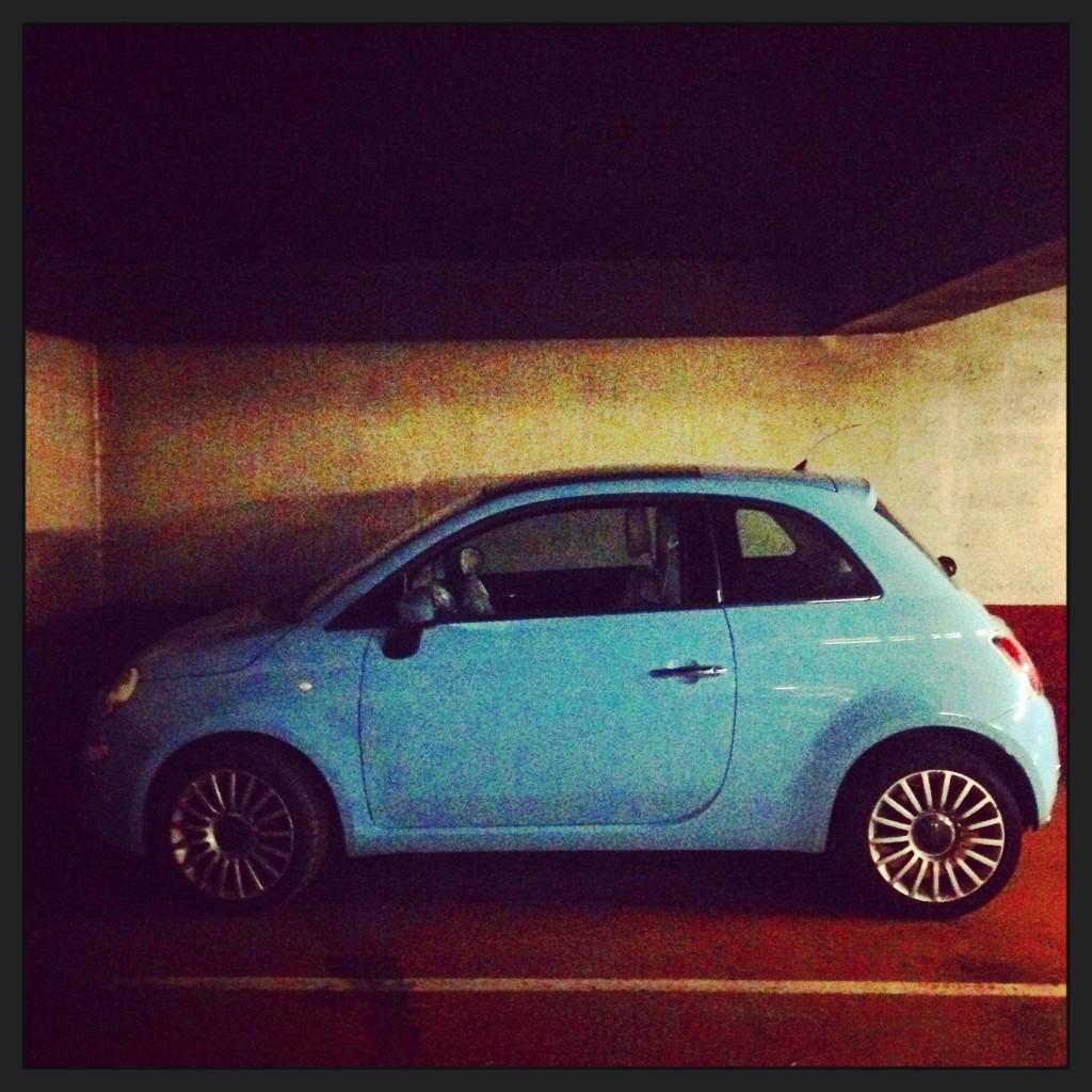Une Fiat 500 dans un parking en Normandie