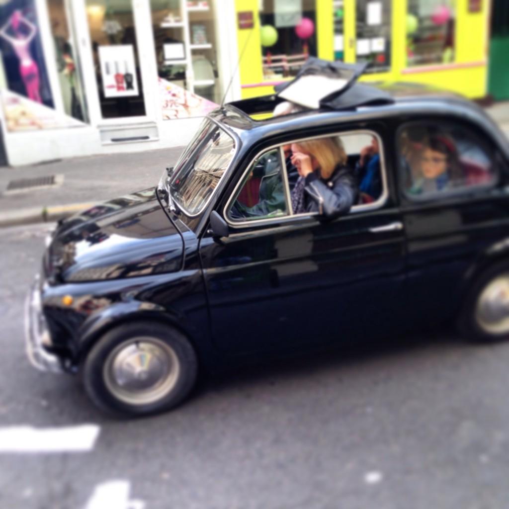 Une Fiat 500 en balade à Paris