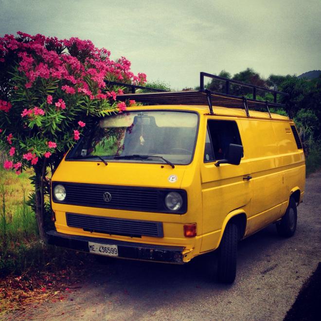 Un van VW sur l'île de Vulcano en Italie