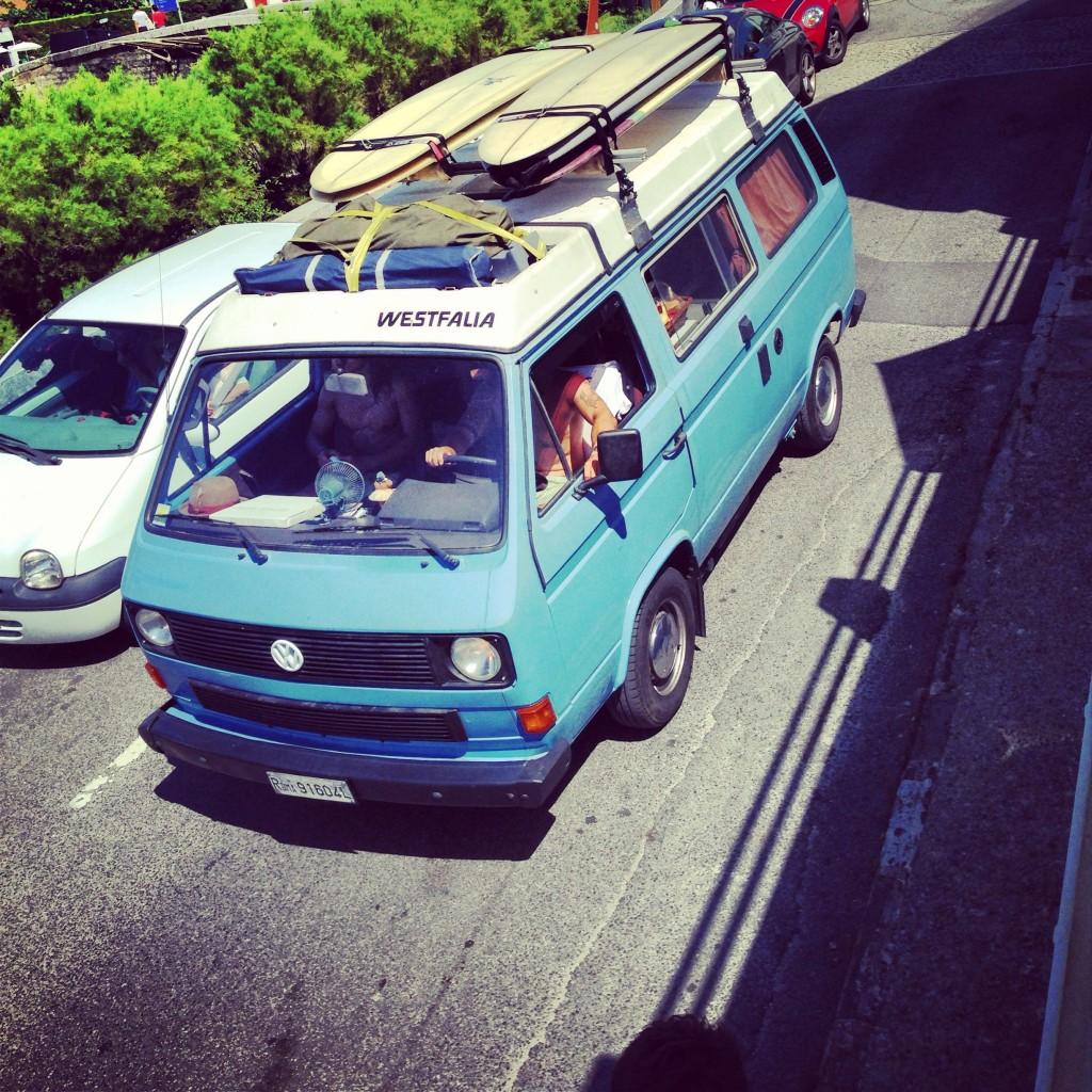 Un combi Volkswagen sur la côte basque