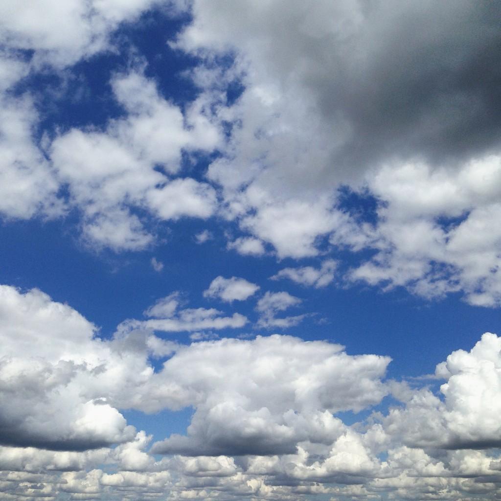 De très jolis nuages parsèment le ciel